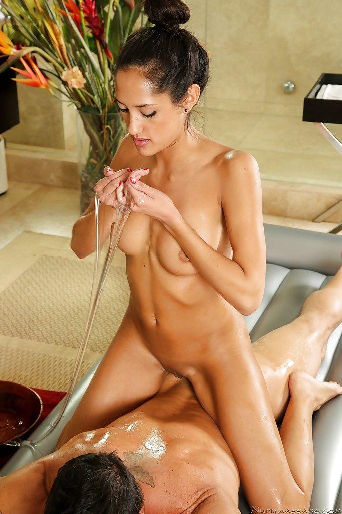 Ein Typ gibt der Latina-Schönheit Chloe Amour einen schönen Schwanzritt und spritzt ihr in den Mund