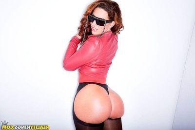 Recumbent Fox shows off astounding ass be advantageous to anal