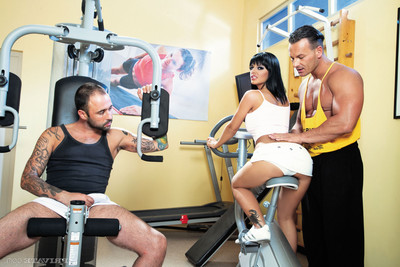 Tanned black angelika takes double 10-Pounder in the gym