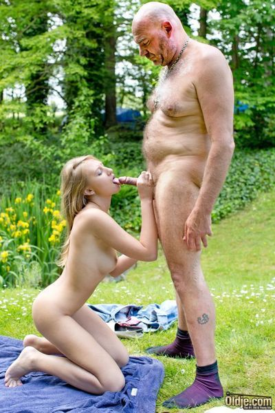 Unaffected by a summer day, nothing is in the matter of fun be advisable for Oldje than to persevere a young, blonde girl in the forest. Slay rub elbows with old sponger gets horny seeing the sexy, teeny babe so is his old horseshit turn this way gets har