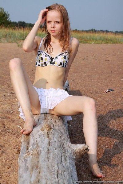 pequeño Adolescente Chica desnudo al aire libre